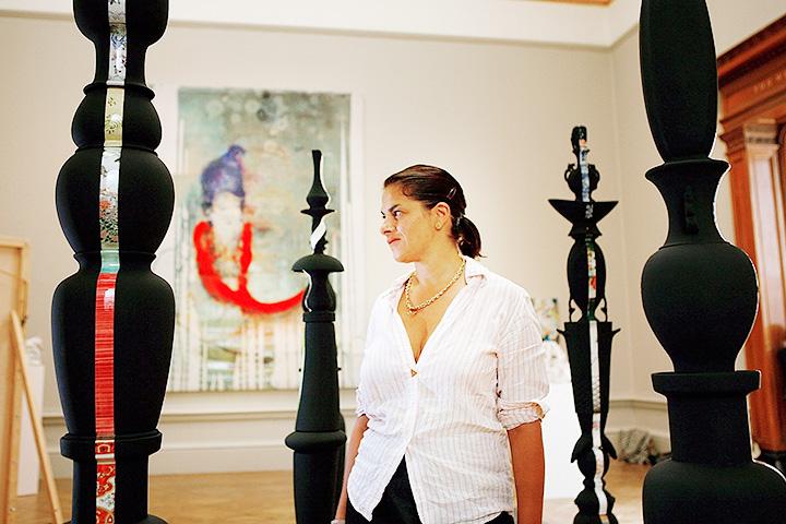 Куратор выставки в Royal Academy Трейси Эмин на фоне работ «Кристина», «Пантея», «Зеновия», «Семирамида» и «Гвиневра» Татьяны Эчеверри Фернандес