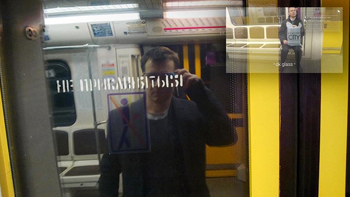 Таганско-Краснопресненская линия метро ночью: очки настаивают на том, что человек, вышедший на предыдущей остановке, по-прежнему едет с нами