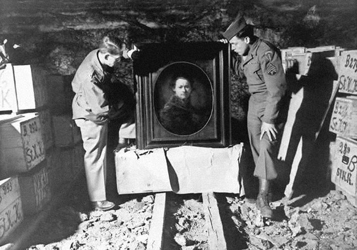 Солдаты с «Автопортретом» Рембрандта, который был впоследствии возвращен в музей Карлсруэ