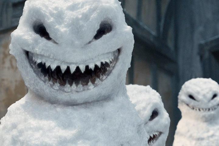 Снеговики из разумного злобного снега обосновались в викторианской Англии и стали причиной встречи одиннадцатого Доктора в исполнении Мэтта Смита с его последней на сегодняшний момент спутницей Кларой Освальд