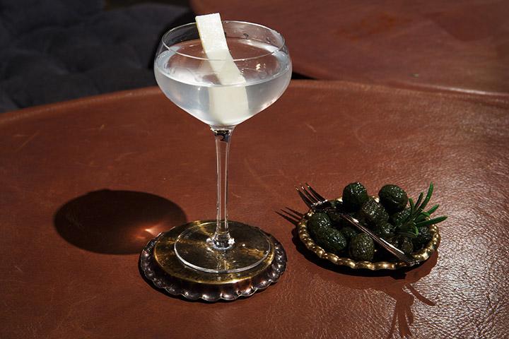 Трюфельный мартини, 700 р. (трюфельная водка, водка или джин и сухой вермут, настоянный на сыре пармезан)
