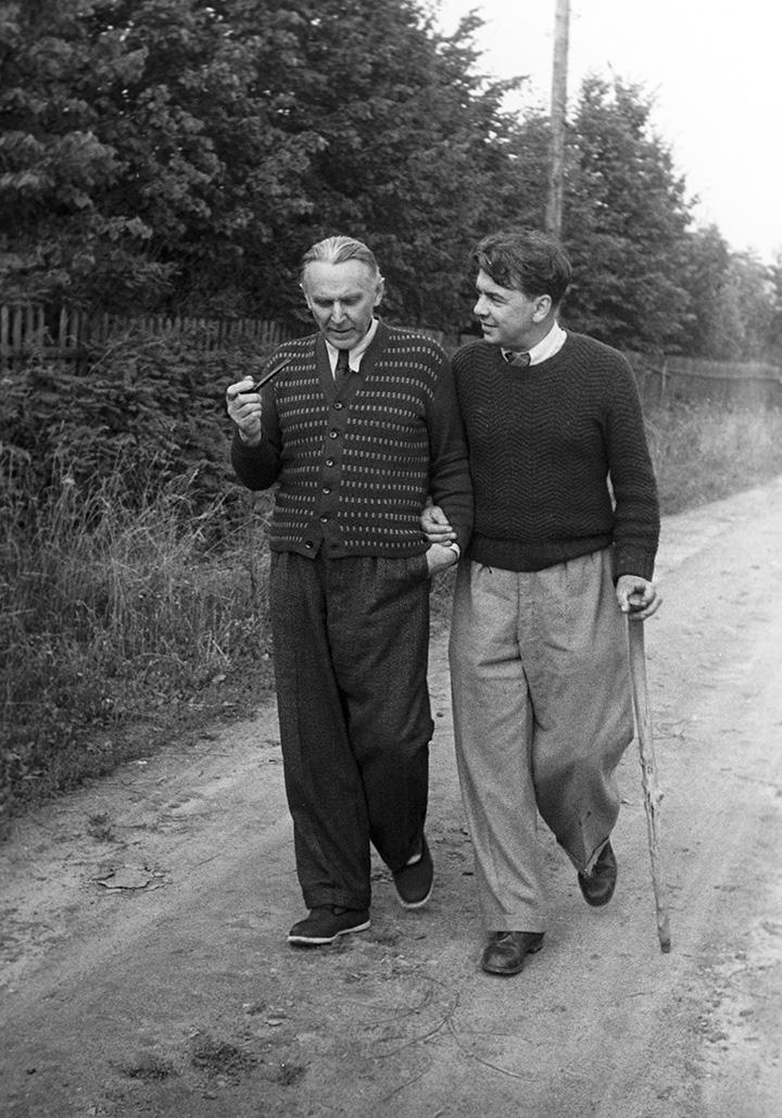 Леонов (справа) на прогулке в Переделкино с писателем Константином Фединым