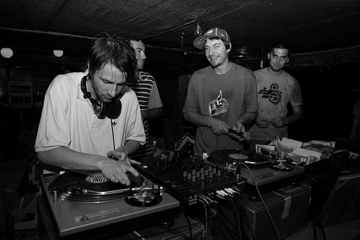 Чагин, Пирумов, Винилкин и DJ Mystic Bo на фестивале «ТусАрт» в Тайланде во время шторма. 2006 г.