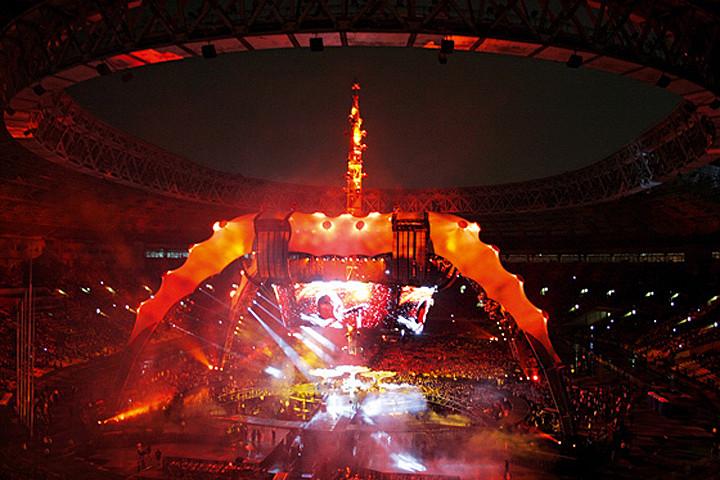 На то, чтобы смонтировать в «Лужниках» «Коготь» — сценическую конструкцию высотой 30 метров для концерта U2, — ушло четыре дня. Еще два дня его разбирали