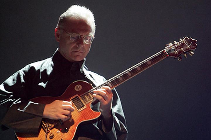 Роберт Фрипп привычно провел весь московский концерт в полутьме, но адептам King Crimson этого было более чем достаточно