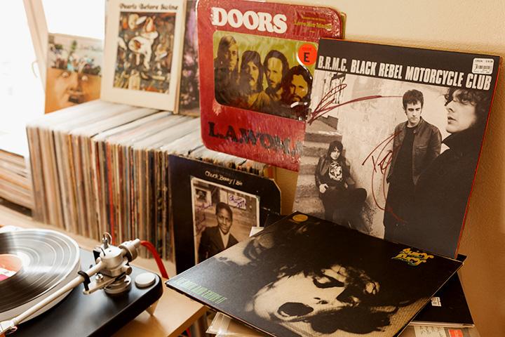 Справа: первый альбом Black Rebel Motorcycle Club с автографами музыкантов. Слева: альбом The Doors «L.A. Woman»