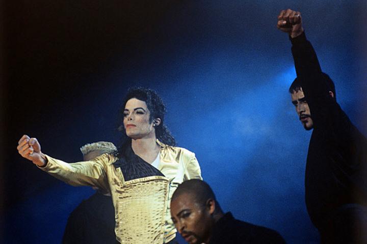 У визита Майкла Джексона в Москву была обширная программа: в частности, музыкант встретился с тогдашним мэром города Ю.М. Лужковым