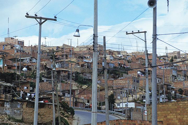Пеньялоса печется о бедных кварталах не просто так — фавелы в Боготе может и не такие знаменитые, как в Рио, но тоже имеются