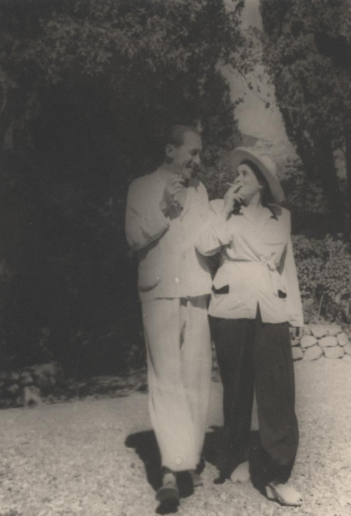 Все фотографии Анатолия Мариенгофа, которыми проиллюстрирована эта статья, были найдены редактором его собрания сочинений Олегом Демидовым в Российском государственном архиве литературы и искусства — и все они были не подписаны