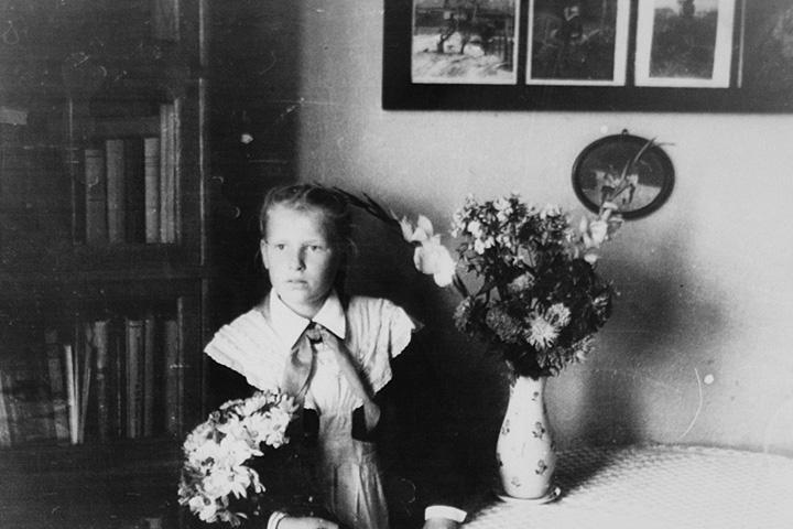 Рязанцева, ученица четвертого класса, дома в Москве, 1 сентября 1948 года