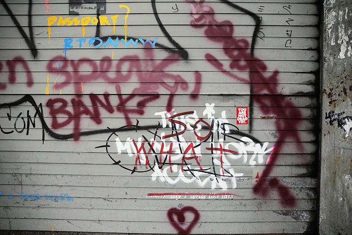 Надписи белой краской — работа Бэнкси, появившаяся 2 октября в Вестсайде; все остальные граффити возникли позже