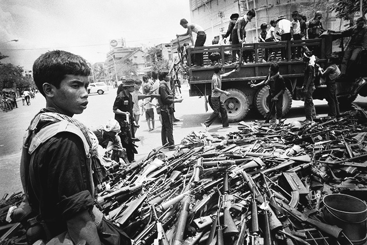 Сбор оружия после захвата Пномпеня повстанцами