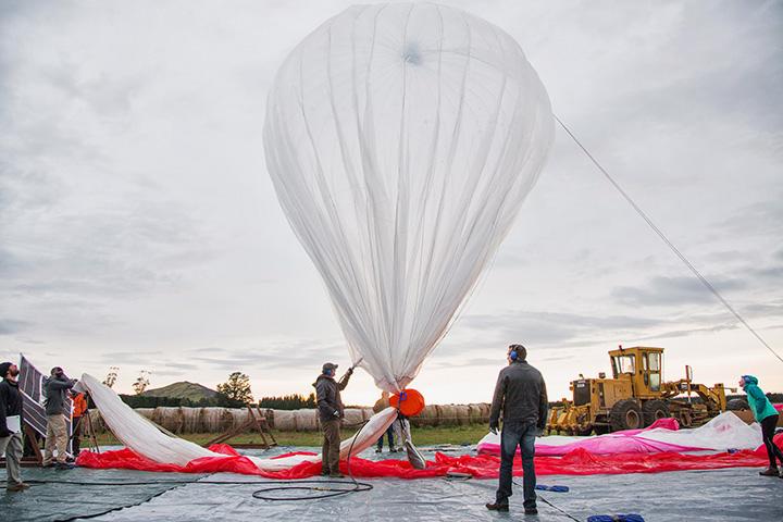 В рамках Project Loon специалисты из Google запускают воздушные шары в стратосферу, чтобы они оттуда раздавали интернет