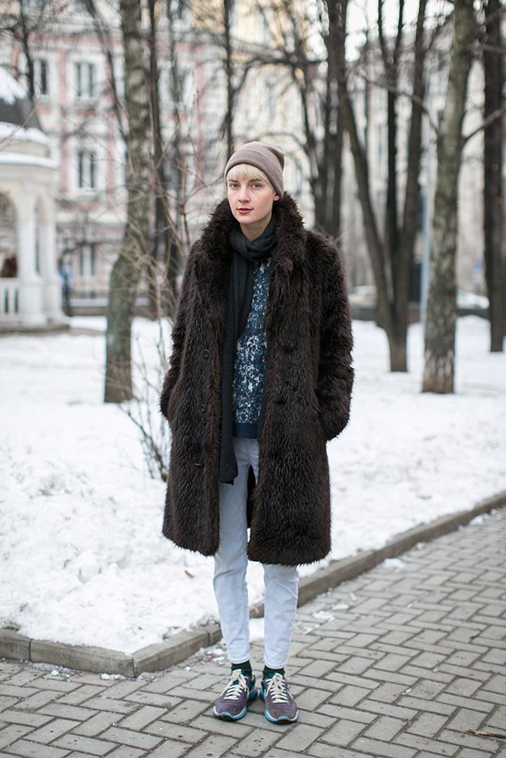 Мужская шуба Margiela для H&M, свитер COS, джинсы Theyskens Theory, кроссовки Nike, кашемировый шарф и шапка неизвестной марки