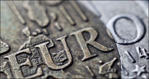 Курс евро опустился ниже 70 рублей впервые с августа