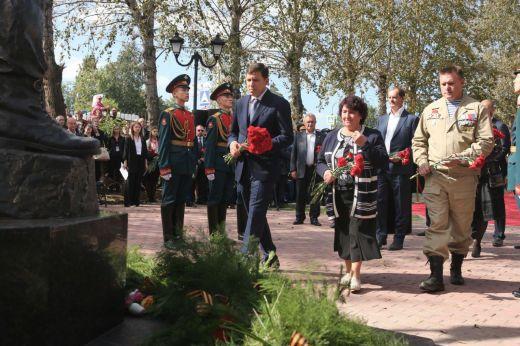 Евгений Куйвашев вДень солидарности вборьбе стерроризмом принял участие воткрытии памятника герою-уральцу