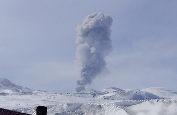 Вулкан Эбеко наКурилах выбросил пепел