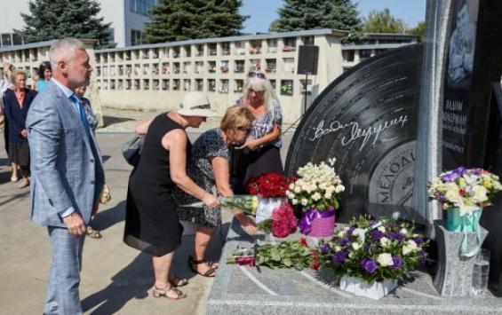 Сегодня вХарькове открыли памятник намогиле певца Вадима Мулермана