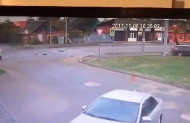 Автомобиль сбил трёх человек натротуаре вКраснодаре
