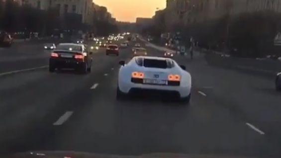 Очередной автохам: очевидцы засняли опасную езду Bugatti Veyron вМоскве