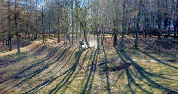 ВКирове проводят противоклещевую обработку парков