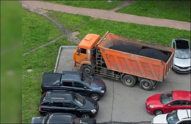 Грузовые авто иавтобусы вновь разрешат парковать водворах