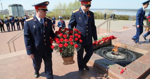 Первыми цветы кВечному огню вЧувашии возложили силовики