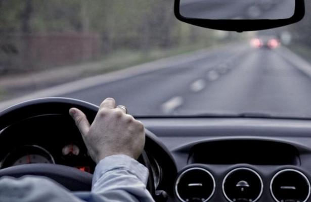 Скрещенные руки: очемговорит жест водителя встречного авто?