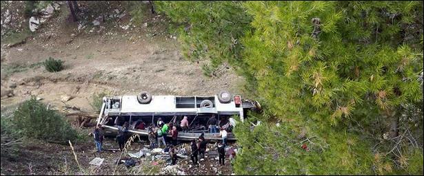 Восемь человек погибли припадении микроавтобуса вПакистане