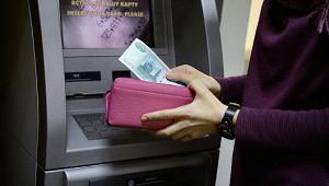 Банки в кризис экономят на персонале, но не на зарплатах