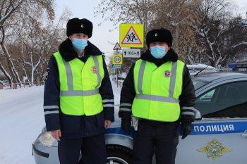 ВКаменске-Уральском полицейские спасли женщину сребёнком натрассе