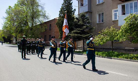 Военнослужащие ЮВОвоВладикавказе поздравили ветерана ВОВВ. Петрову сДнем Победы