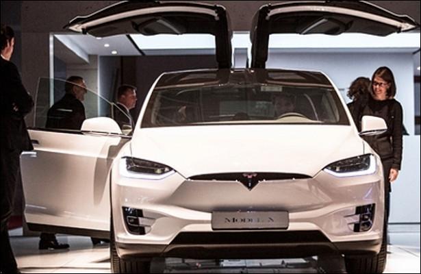 Массовые жалобы владельцев Tesla изучают вСША