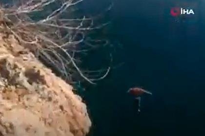 Россиянин спрыгнул с20-метровой скалы вТурции иудивил отдыхающих